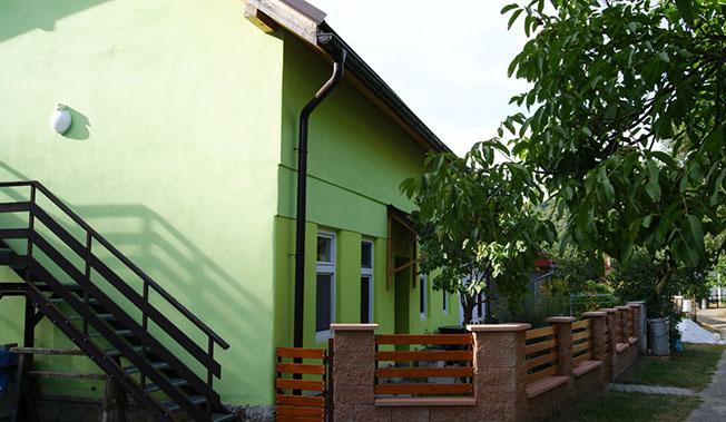zeleny dom pri potoku